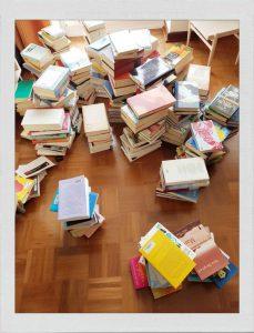 Bücherregal aufräumen