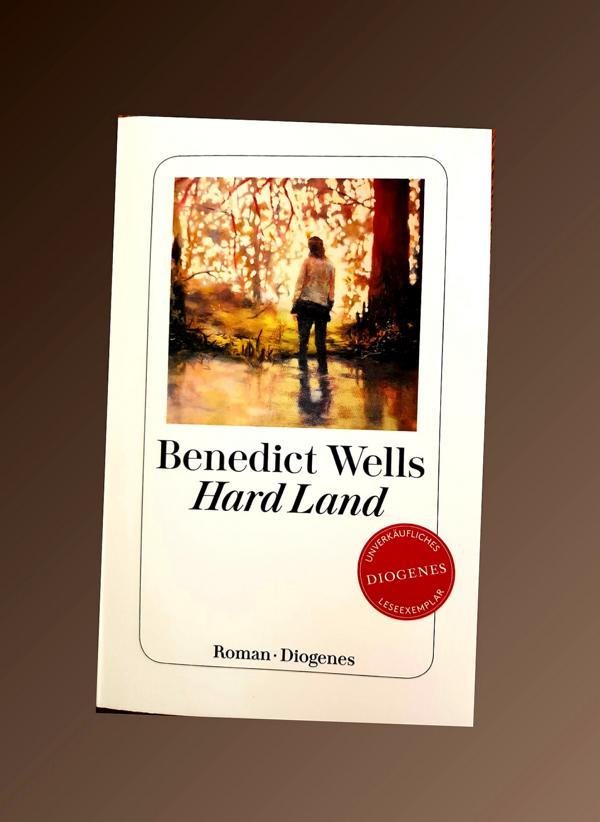 Hard Land ist ein Coming Age Roman über einen unvergesslichen Sommer, den der sechzehnjährige Sam erlebt.